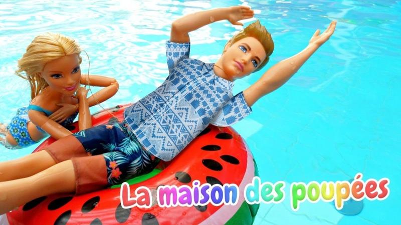 Vidéo pour enfants avec les poupées. Barbie et Ken au parc aquatique. Ken apprend à nager.