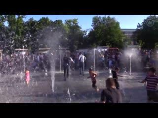 Зеленскии убежал в фонтан Мариуполя