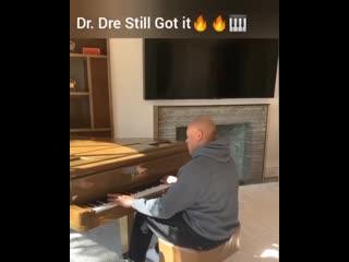 "Dr. dre сыграл на рояле ""still "" [nr]"