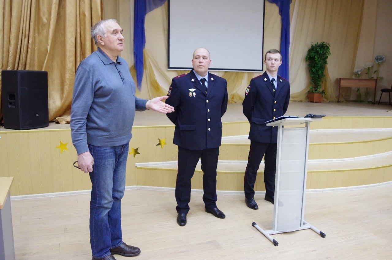 Отчет участковых перед жителями Выхина-Жулебина состоялся в школе на улице Хлобыстова