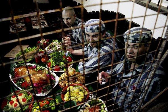 Осужденные чиновники коротают тюремный срок с бешбармаком и виски
