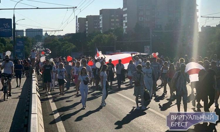 Люди колонной прошли от пл. Ленина до Машерова и вышли на главный проспект города