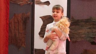 Анастасия Федосеенкова читает стихотворение «Утираясь маленькой ладошкой» Нияры Самковой