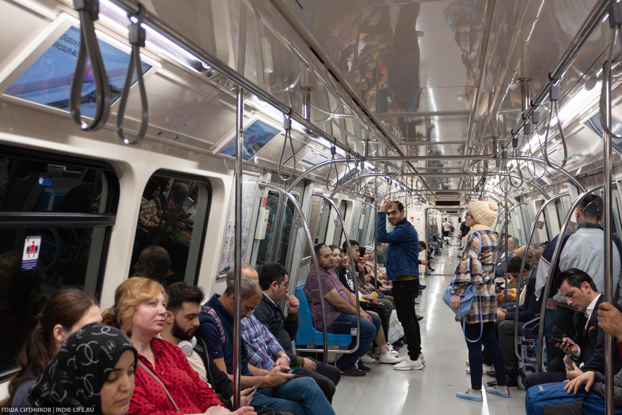 Пассажиры Стамбульского метро