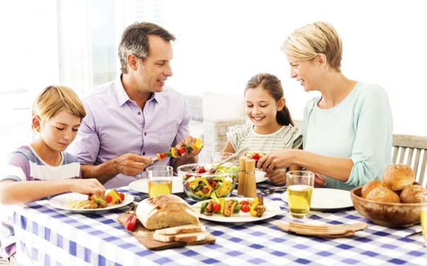 family eating breakfast - 800×600