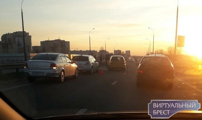 Четыре автомобиля столкнулись на путепроводе Варшавского шоссе