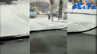 Мужчина спас девушку из-под колес грузовика
