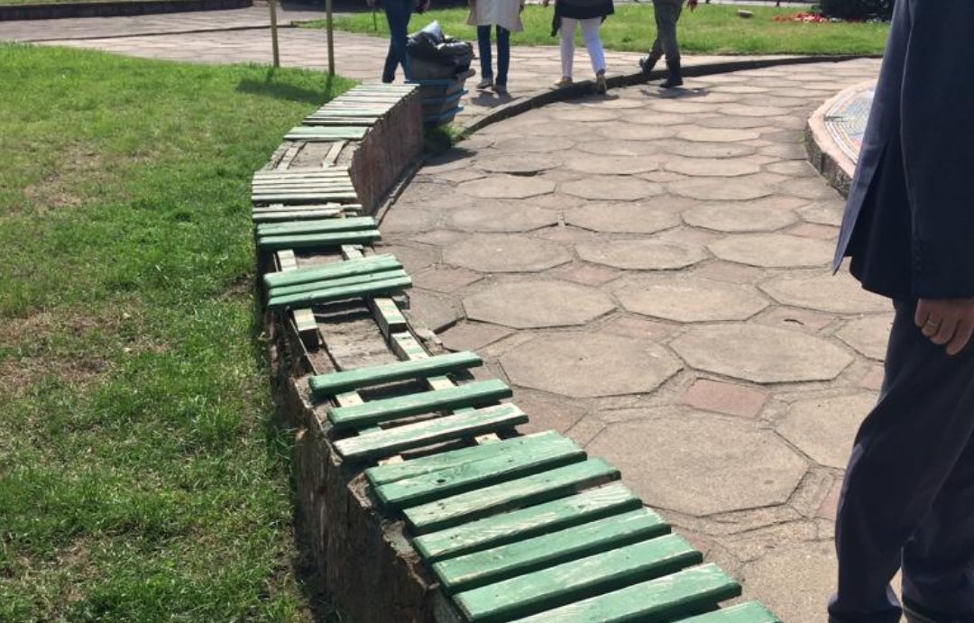 Неизвестные поломали скамейки на пешеходной улице и у таможни в Советске
