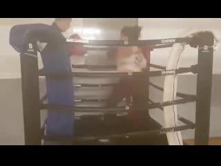 Спарринг мужчины и женщины в маленьком ринге