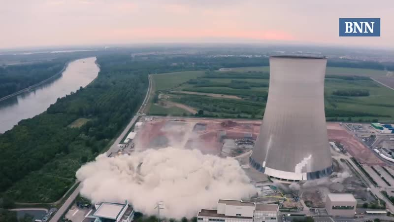 В Германии взорвали охлаждающие башни закрытой АЭС