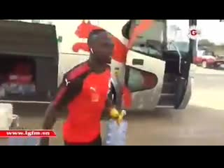 Sadio mane helps offload items from team bus