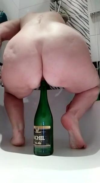 Обнаженный Человек Садится На Бутылку