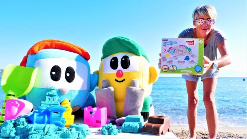 Spielspaß am Strand Leo der Lastwagen und Lifty spielen mit kinetischem Sand