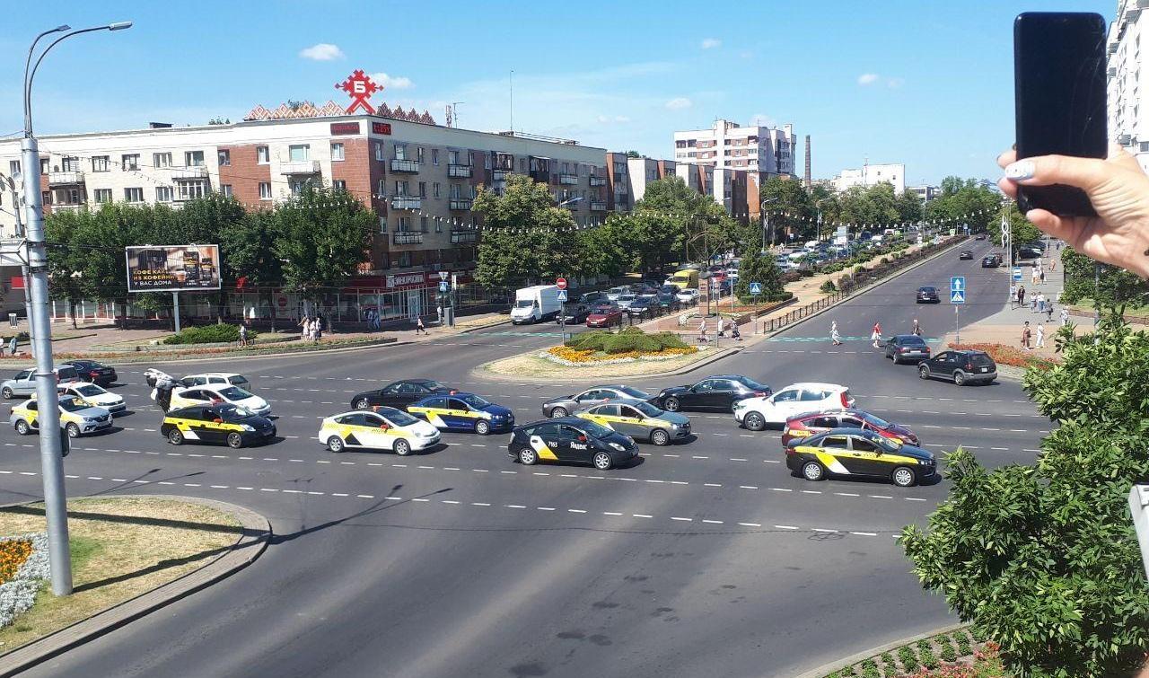 Водители такси опять устроили проезд колонной по городу в поддержку девушек
