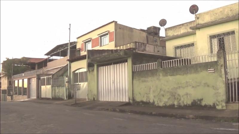 Casas e ruas ao entardecer filmadas com filtro digital de VHS HD