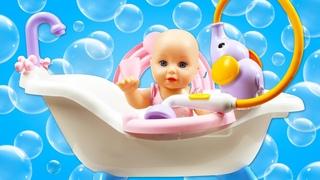 La mueca Baby Born va a baarse con las sirenas. Juegos con agua. Videos de juguetes para nias