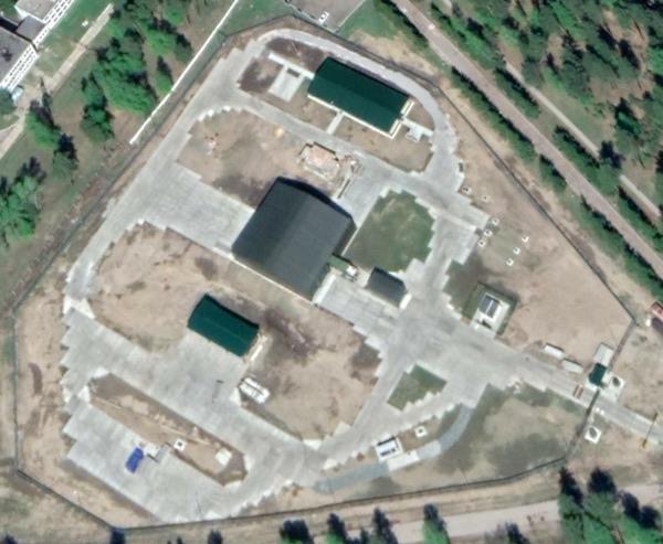 Google Планета Земля с площадкой «Пересвет» 2146/3 под Барнаулом. Мобильный удлинитель был перемещен назад, обнажая то, что кажется задней частью лазерного грузовика с его белым лазерным телескопом.