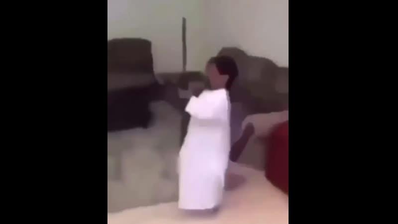 гном танцует с бабахой