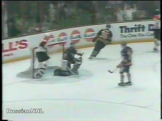 Dmitri Yushkevich's shorthanded goal vs Hasek and Sabres (26 mar 1995)