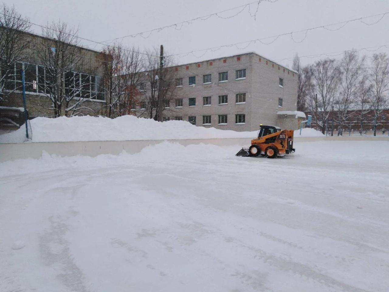 Каток на территории Дома физкультуры Петровска расчищен от снега