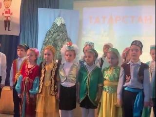Начинаем наш репортаж: на фестиваль Дружбы народов пожаловали татары из 1б . Такие веселые , эти татары , такие танцы зажигатель