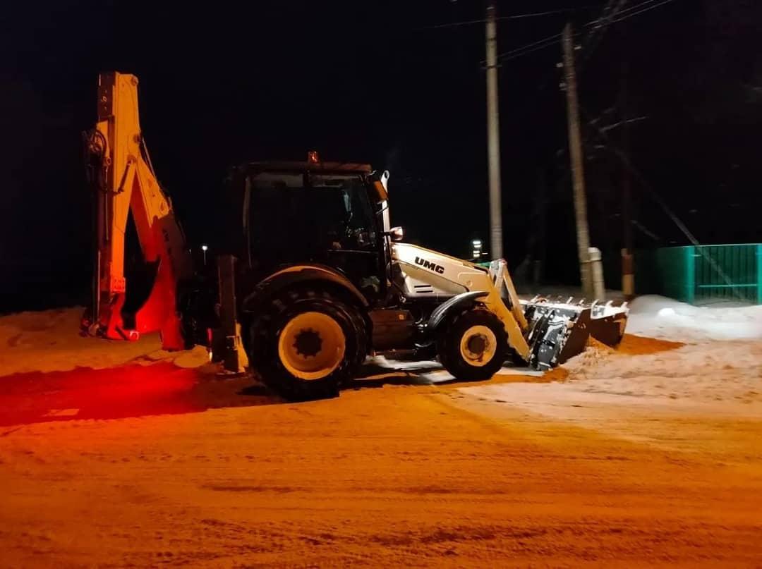 """В Петровске продолжается расчистка улиц от снега, на уборке работает техника коммунального предприятия """"Благоустройство"""""""