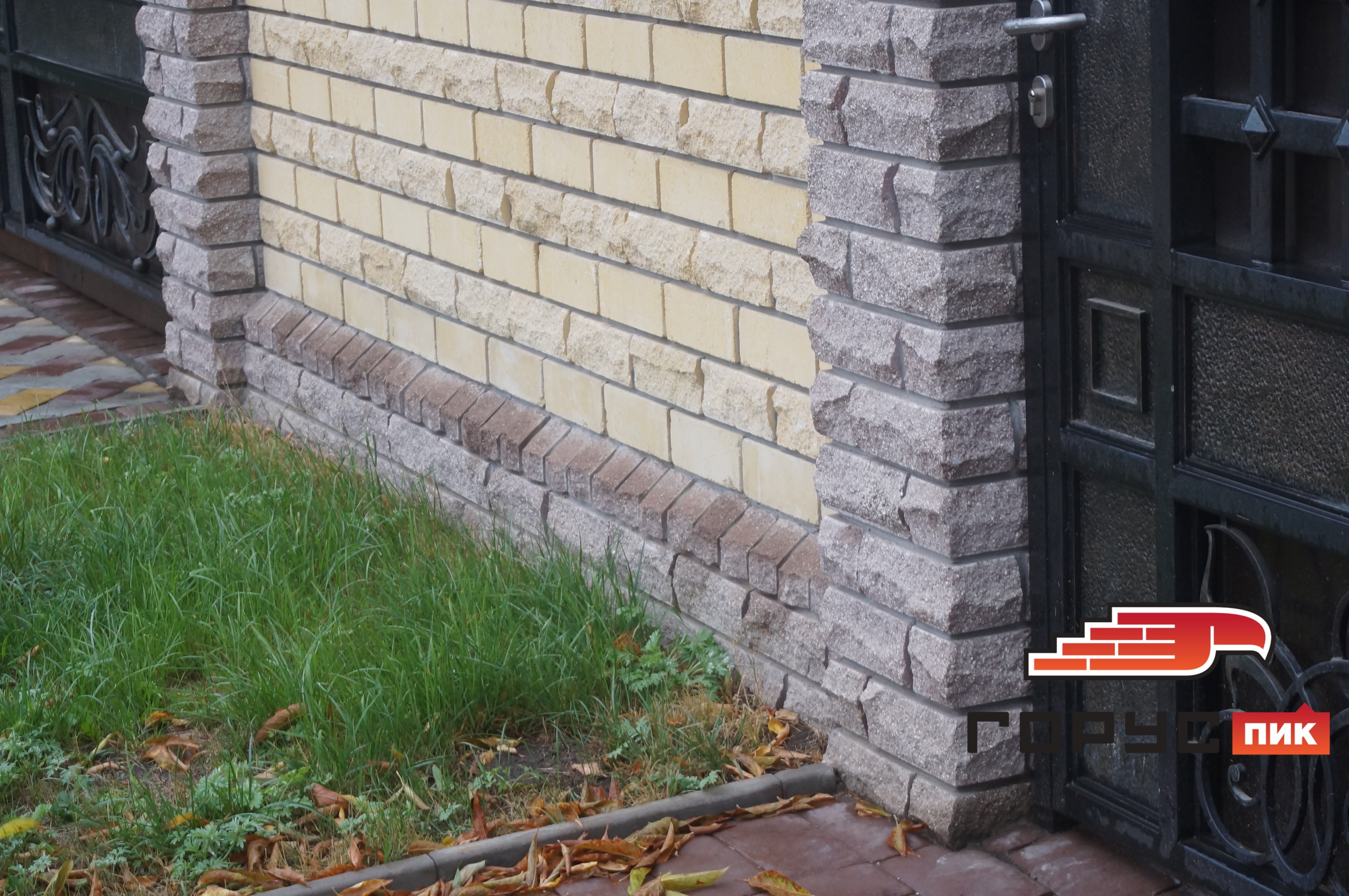 Классический забор с металлической ковкой - это то, что всегда будет актуально и никогда не надоест.