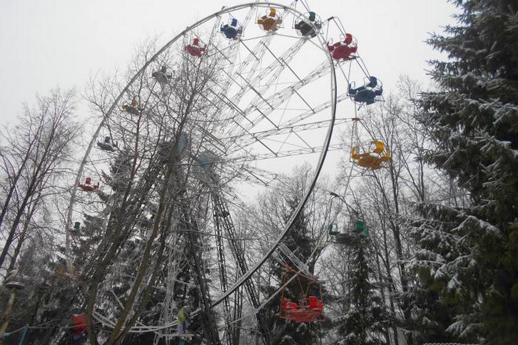 В парке КиО демонтируют колесо обозрения.