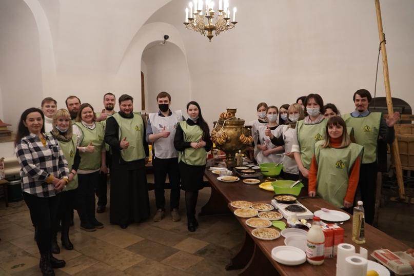 Волонтёры Кинокомпании «Союз Маринс Групп» вместе с православными добровольцами испекли несколько сотен блинов, изображение №1