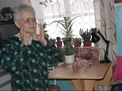 ДЕНЬ ПЕНСИИ Елена Сергеевна сегодня встала пораньше. И сразу же засуетилась, чтобы успеть. А дел было много. Нужно умыться и вообще привести себя в порядок. Потом ещё квартиру убрать, цветы