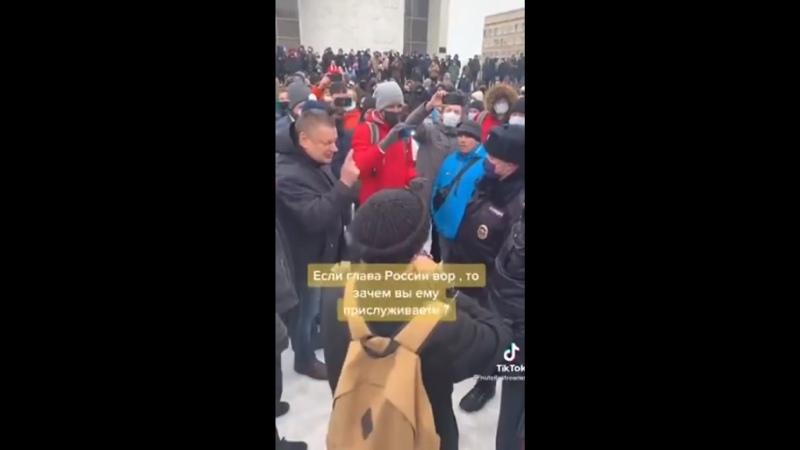 Диалог Орловских митингующих и полицейских стал популярным на «TikTok»