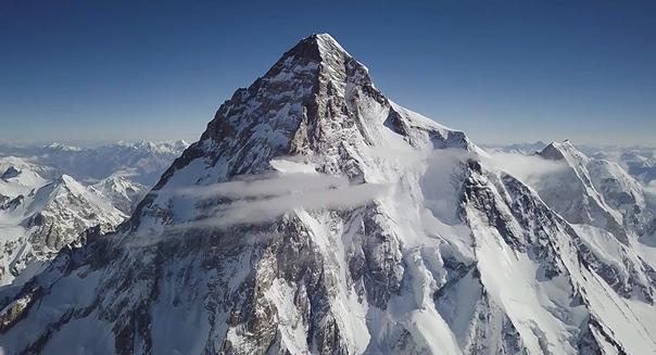 Вершина К2 слывет самой опасной горой в мире, «горой-убийцей» и до недавнего времени оставалась единственной горой больше 8000 метров, на которую не поднимались зимой.