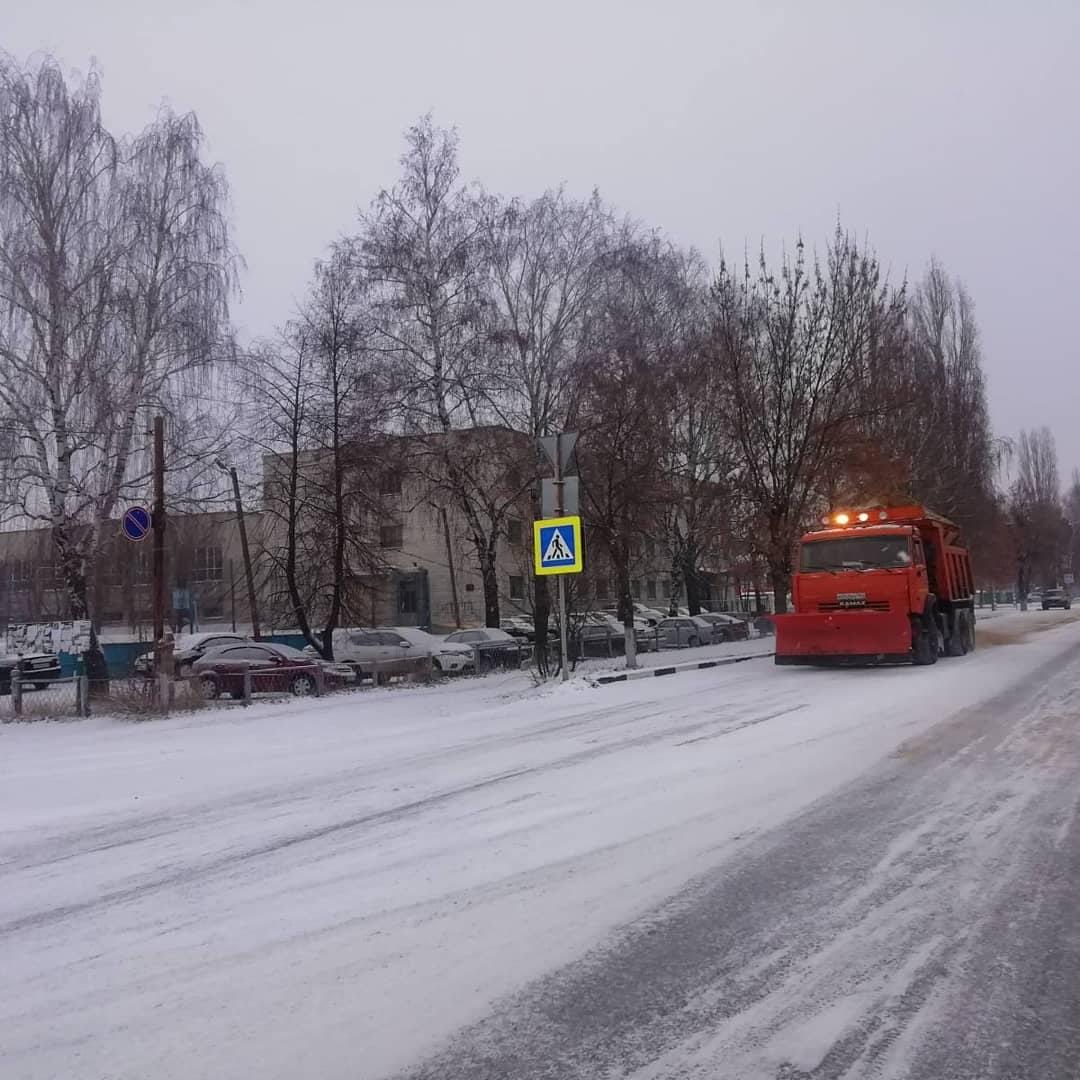 Городская коммунальная служба Петровска устраняет последствия первого снегопада