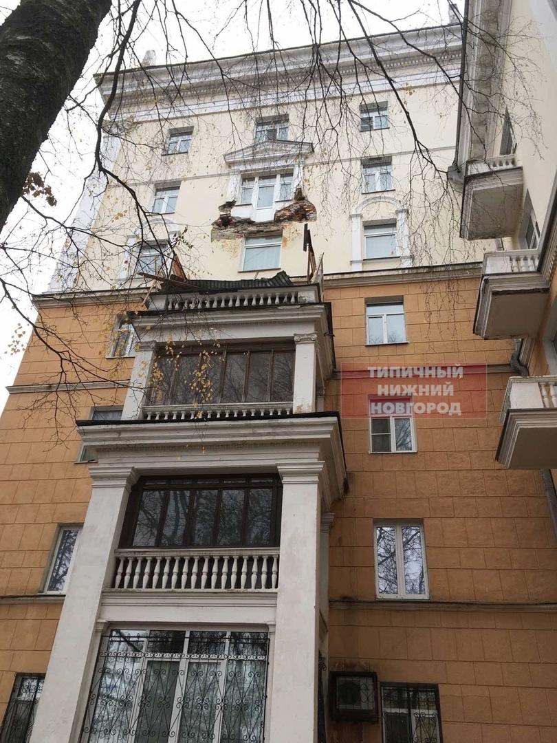 на улице Семашко в Нижнем Новгороде обрушился балкон жилого дома