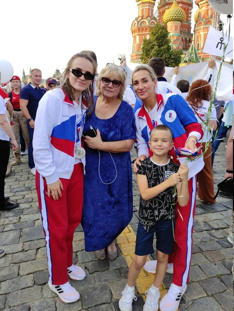 Сестры Анна Вяхирева и Полина Кузнецова с мамой Еленой Михайловной и сыном Полины Ярославом