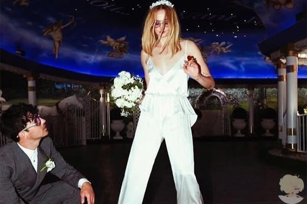 Софи Тернер и Джо Джонас поделились ранее не опубликованными фото со свадьбы в честь ее годовщины Пересматривать свадебные фотографии милая семейная традиция у многих пар. 25-летняя Софи Тернер