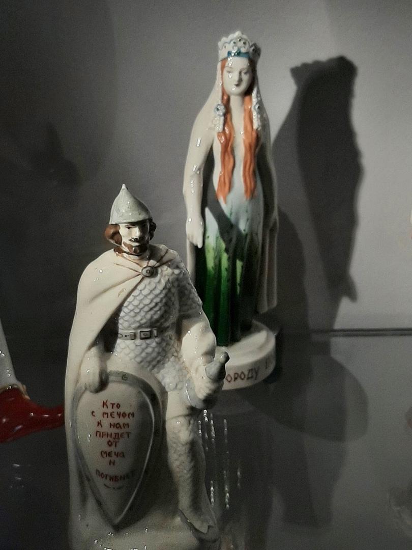 Музейный цех фарфора (фарфоровые Александр Невский и княгиня Ольга)
