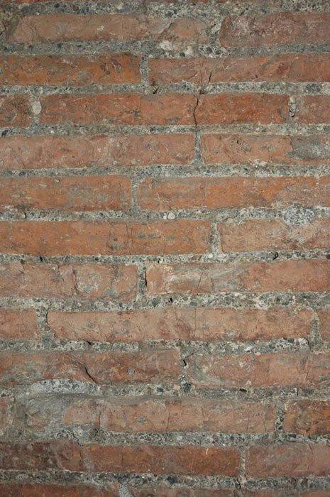 Кирпичи и римский бетонный раствор в коридоре Муноса в гробнице Цецилии Метеллы.