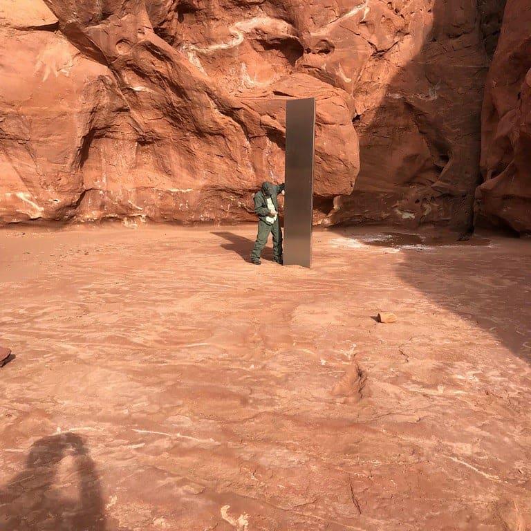 В безлюдной пустыне обнаружили торчащий из земли монолит