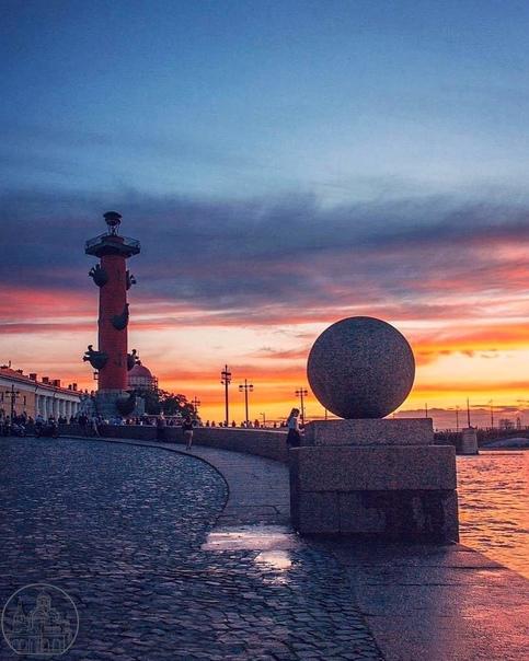 Красочный закат над стрелкой Васильевского острова...