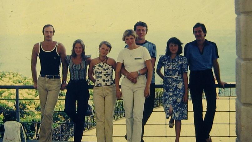 С друзьями на отдыхе. Крайний слева — Олег Гагин