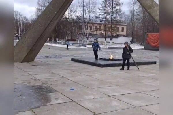В Березниках возле Мемориала Победы школьники устр...