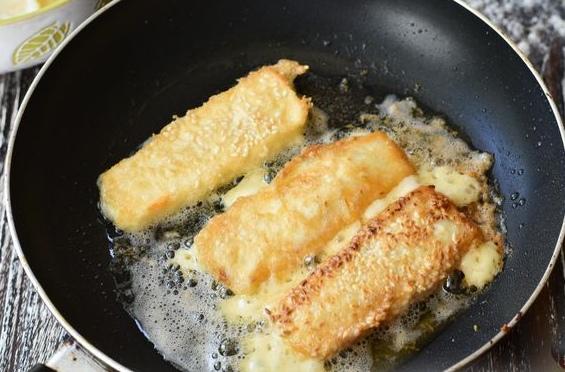 Жареный сыр в яйце Жареный сыр в яйце и кунжуте получается очень аппетитным и нежным. Отличная горячая закуска или дополнение к чаю для тех, кто не любит сладкое. Автор PROSTOJuliaПродукты (на 2