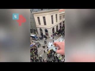 К смотревшим за протестами желтых жилетов прилетела граната