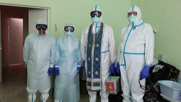 Священников на Кубани одели в рясы против коронавируса Так они посещают людей в больнице.Кроме масок и перчаток, им выдают требный крест и набор для