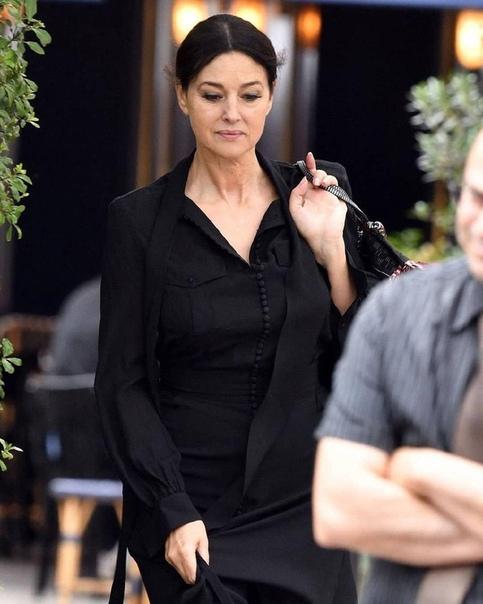 В Сети появились свежие фотографии модели и актрисы Моники Беллуччи с улиц Парижа Образ итальянки весьма сдержанный, но фанатов больше поразило её лицо и возраст, который резко дал о себе
