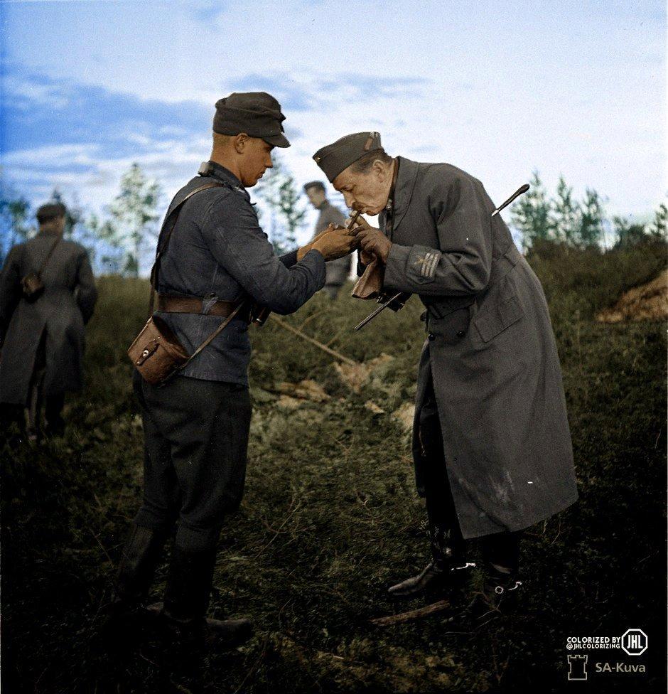 Финский солдат дает огоньку сигаре маршала Маннергейма, Syväri, 1941 год.