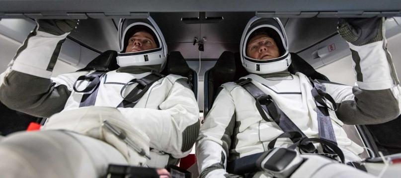 В то время как астронавты НАСА были ранее изображены много раз (как показано здесь в августе 2019 года) внутри почти идентичного макета кабины Crew Dragon в Хоторне, последние фотографии SpaceX показывают реальную кабину. (SpaceX)
